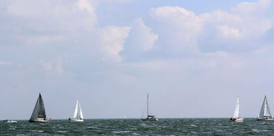 Pott-Regatta: Vor dem Start kreisen Yachten um das Startschiff